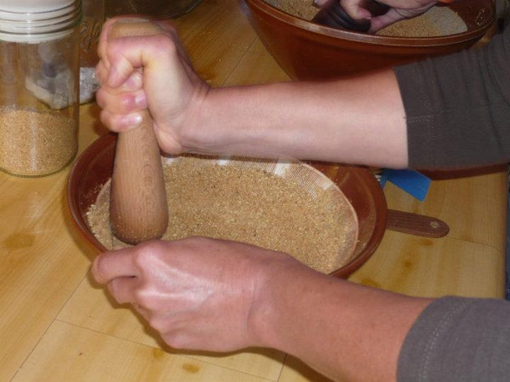 Moliendo el sésamo con la sal para hacer gomasio