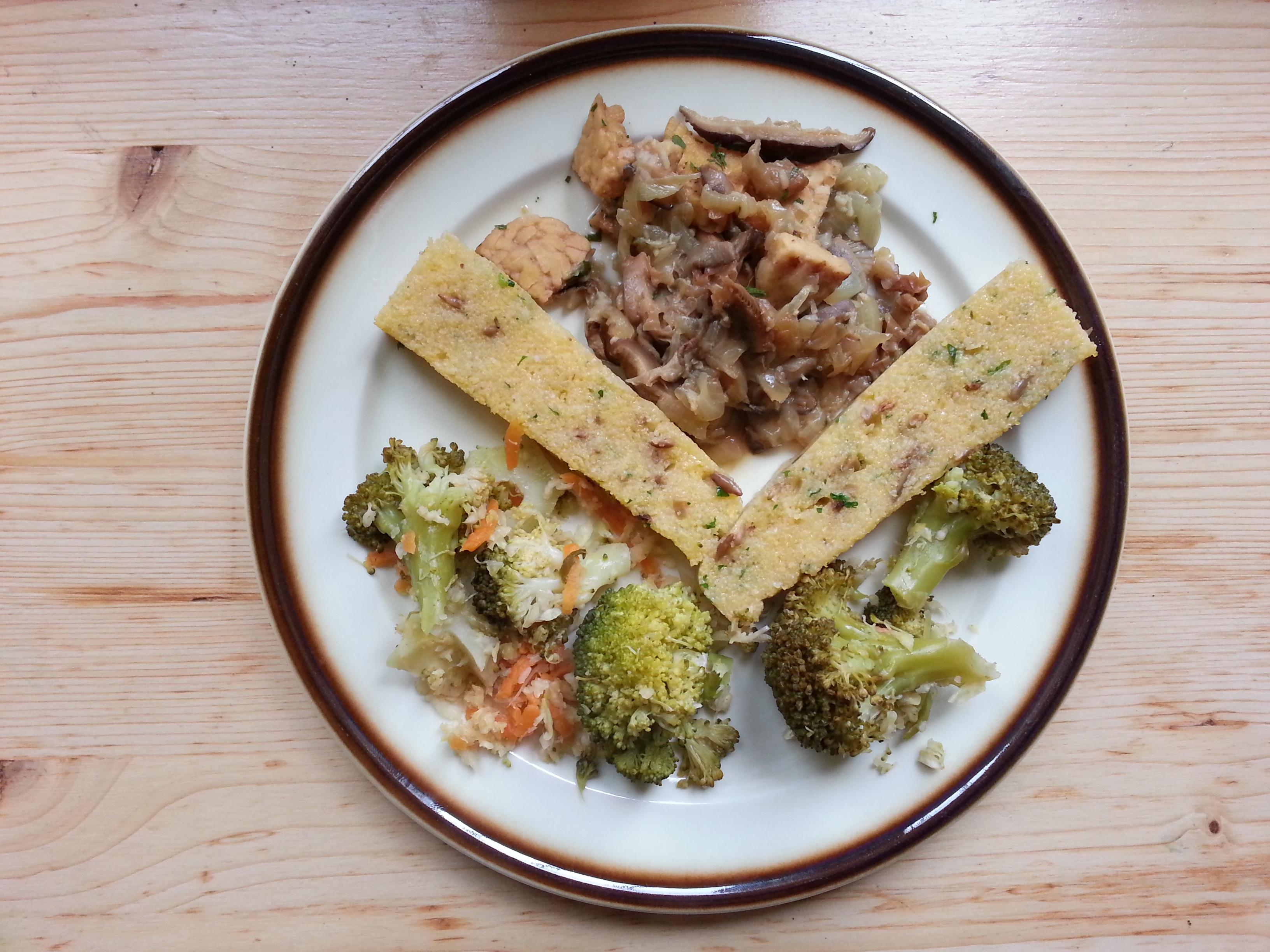 Pan de polenta con verdura escaldada y tempeh