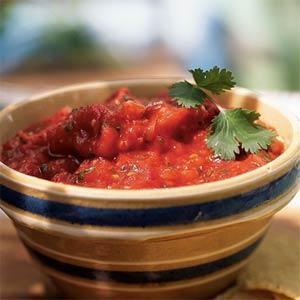 Salsa tomato adornada con perejil fresco