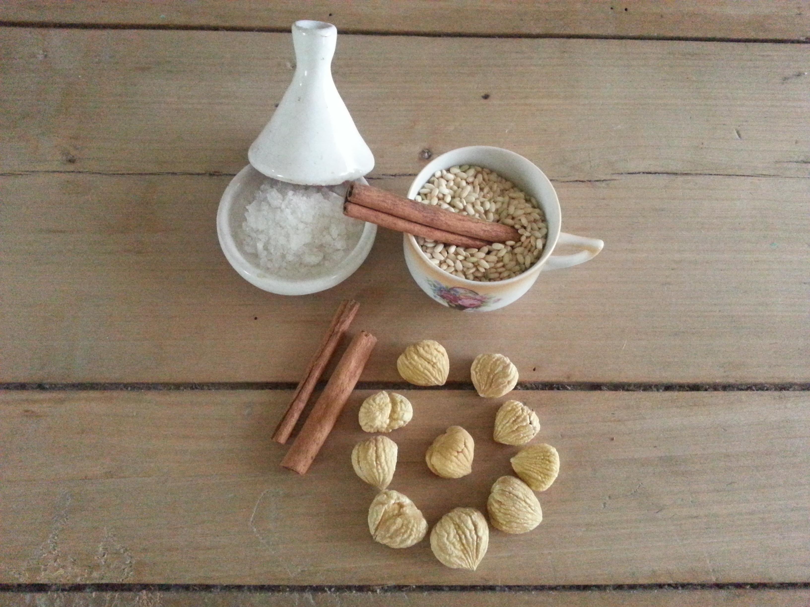 Ingredientes para preparar una crema de arroz con canela y castañas