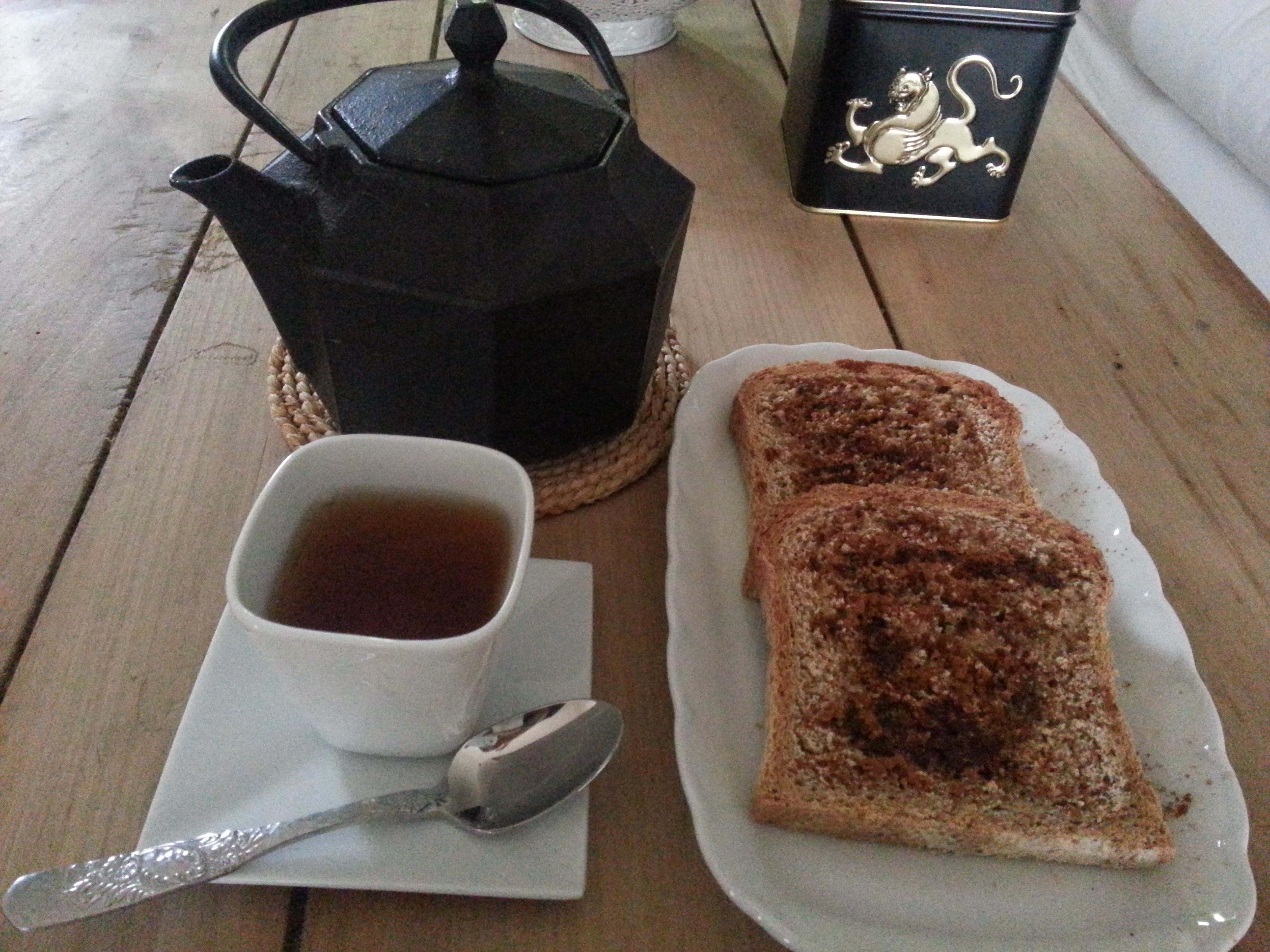 Té bancha con pan de trigo candeal untado con aceite de oliva, tamari y canela