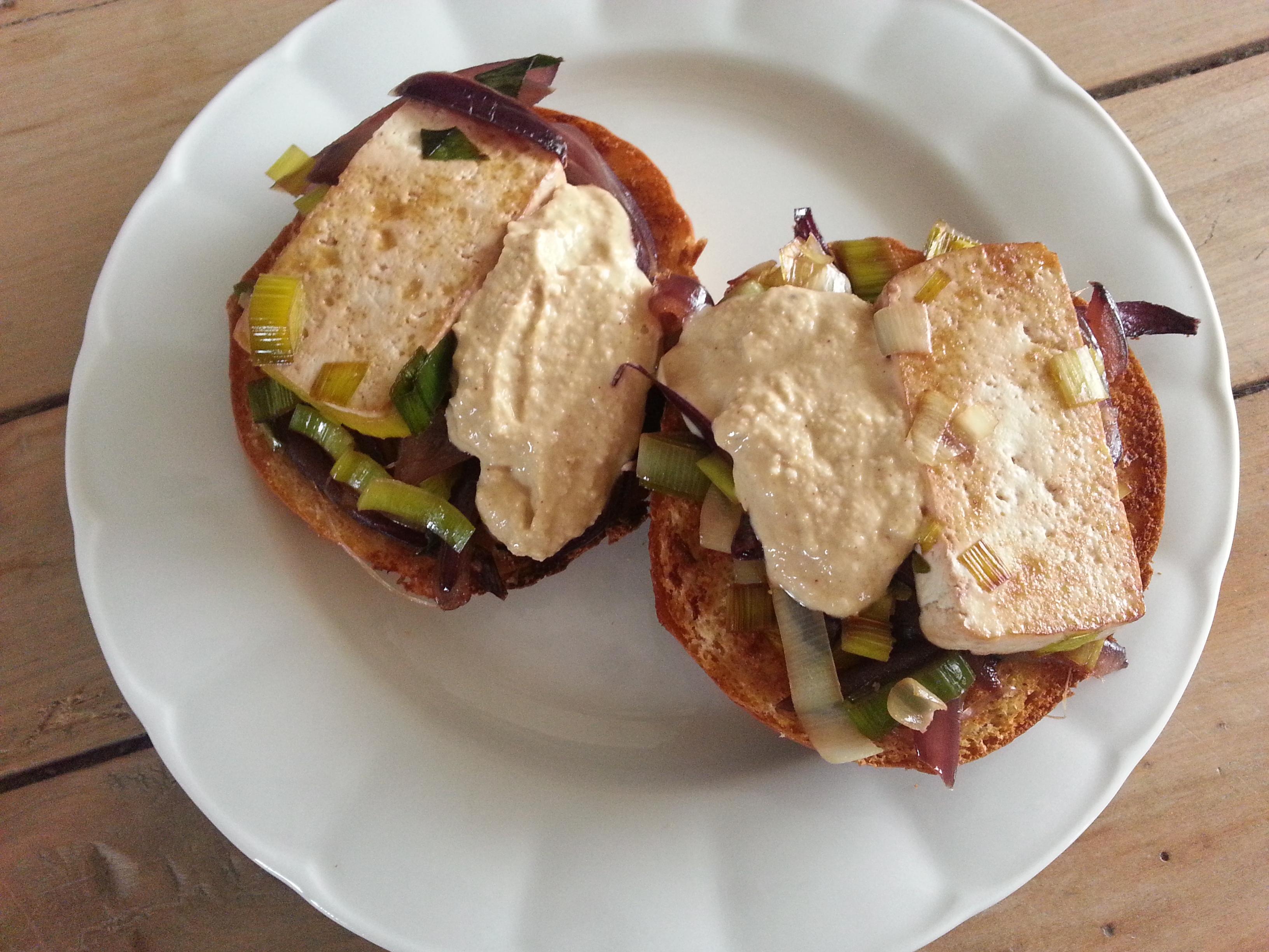 Hamburguesa de verdura y tofu con salsa de hummus