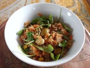 Ensalada de quinoa con olivas y almendras