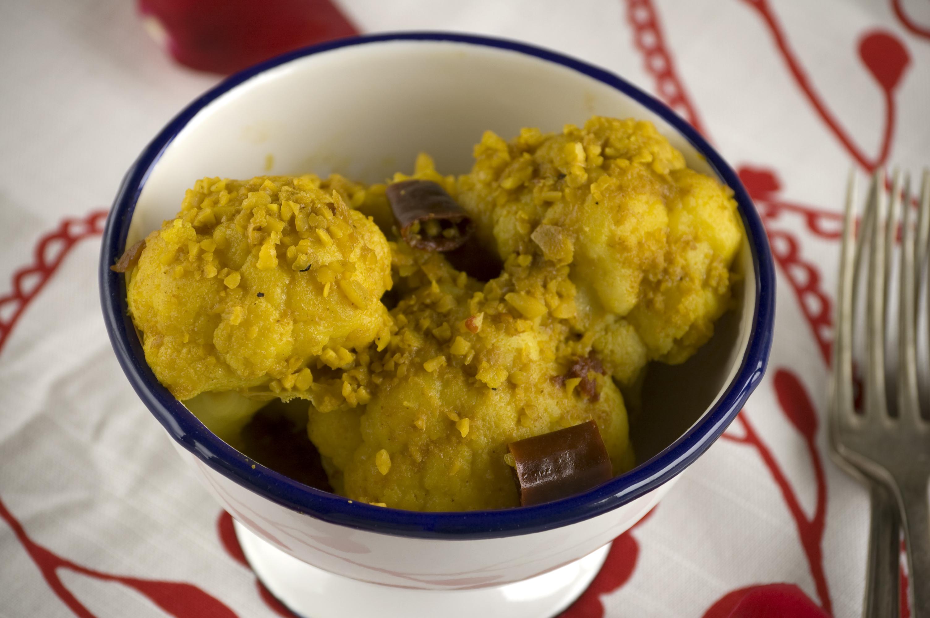 Coliflor con salsa de almendras y cúrcuma