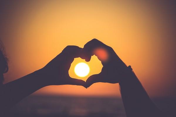 corazón manos sol